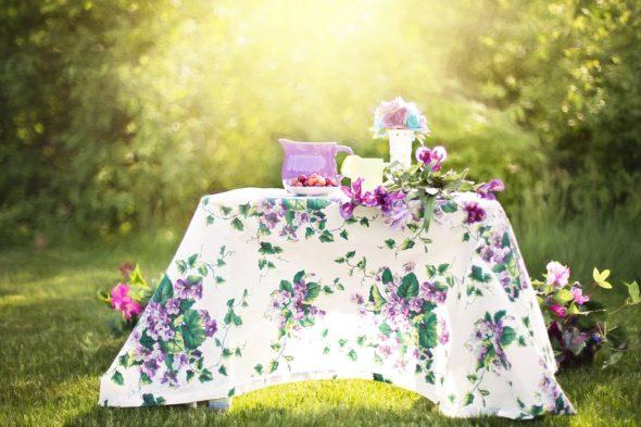 Mesa y flores